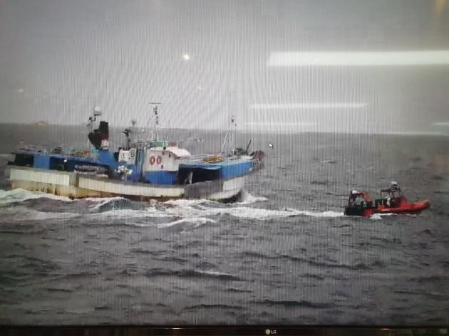 해양수산부는 24일 오후 제주 서귀포 앞바다에서 흉기로 난동을 부리는 외국인 선원을 제압하고 한국인 등 선원 9명을 안전하게 구조했다고 밝혔다. / 사진=해양수산부