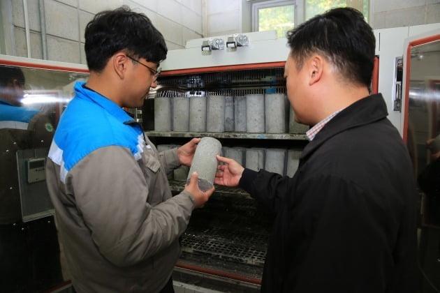 경기도 광주 삼표 기술연구소에서 직원들이 영하 10도에도 얼지않는 특수 콘크리트 '블루콘 윈터' 시제품 품질을 점검하고 있다.