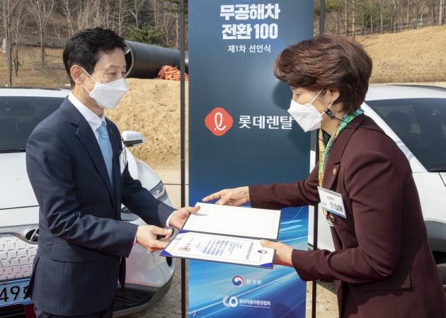 한정애 환경부 장관이 25일 '2030 무공해차 전환 100' 제1차 선언식에 참석해 참여기업 대표에게 지정 승인서를 수여하고 있다. 환경부 제공