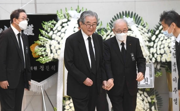 박준 농심대표이사부회장(왼쪽 세번째)이 문상객들을 안내하고 있다. 사진=신경훈 한국경제신문 기자