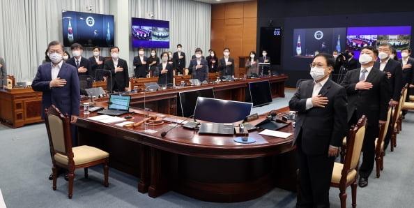문재인 대통령이 청와대에서 열린 국무회의에서 국기에 경례하고 있다. 청와대사진기자단