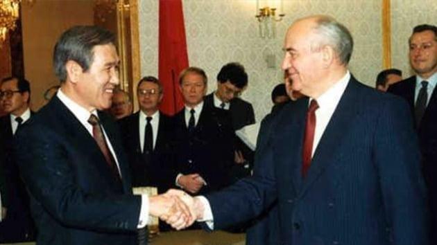 노태우 대통령이 1990년 4월 미국 샌프란시스코에서 열린 최초 한-소련 정상회담에 앞서 고르바초프 소련 대통령과 악수를 나누고 있다./ 연합뉴스