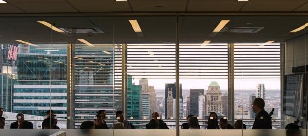 빌 황의 아케고스 회사 내에서 열리고 있는 '성경 읽기 공부 모임' 모습. 빌 황 관련 유튜브 캡처