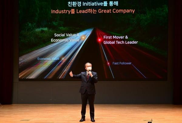 이석희 SK하이닉스 CEO가 30일 열린 주주총회에서 파이낸셜스토리를 설명하고 있다/사진제공=SK하이닉스