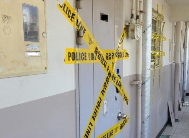 26일 오전 세 모녀가 숨진채 발견된 서울 노원구 아파트에 폴리스라인이 쳐져 있다. [사진=뉴스1]