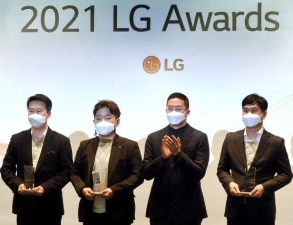 30일 오후 서울 마곡 LG사이언스파크에서 개최한 'LG 어워즈(Awards)'에서 구광모 LG 대표가 일등LG상 수상자들과 기념 촬영을 하고 있다/사진제공=LG