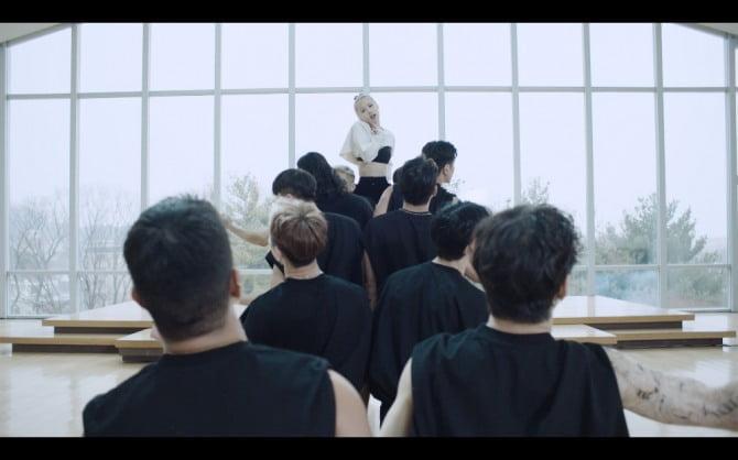 블랙핑크 로제, 'On The Ground' 댄스 퍼포먼스 영상 공개…역동적인 동작 속 섬세한 춤선