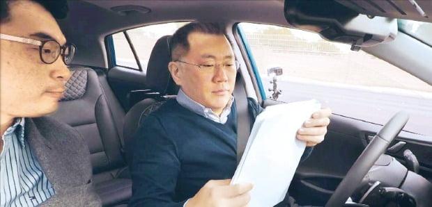 자율주행차 성능 점검하는 정의선 회장 / 사진=연합뉴스