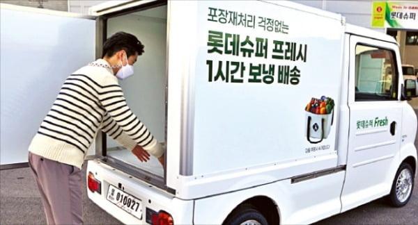 롯데슈퍼는 지난달 서울 송파점 등 수도권 일부 점포에서 전기차 11대를 배송용 차량으로 투입했다. 올해 전기차를 100대까지 운영할 예정이다. 롯데쇼핑 제공