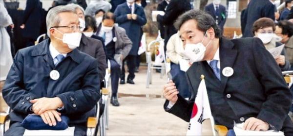 < 3·1절 기념식 참석한 與野 대표 > 이낙연 더불어민주당 대표(오른쪽)와 김종인 국민의힘 비상대책위원장이 1일 서울 종로 탑골공원에서 열린 3·1절 기념식에서 대화하고 있다.  허문찬 기자 sweat@hankyung.com