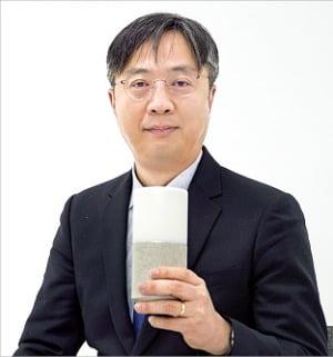 이준영 서울대 의과대학 교수가 인공지능(AI) 스피커를 활용한 치매 예방 교육에 대해 설명하고 있다.  SK텔레콤  제공