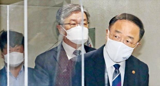 홍남기 부총리 겸 기획재정부 장관(오른쪽)이 2일 '2021년 추가경정예산안'을 발표하기 위해 정부서울청사 브리핑룸에 들어서고 있다.  신경훈 기자 khshin@hankyung.com