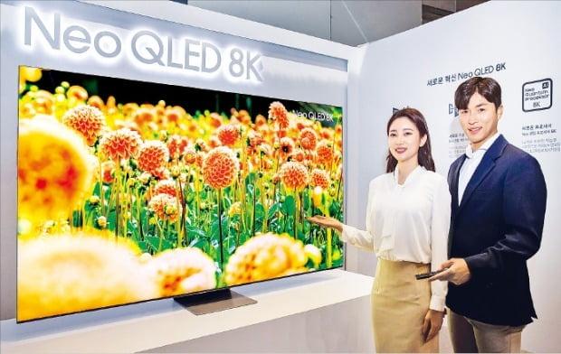 삼성전자가 세계 시장에 선보일 '네오 QLED TV'를 3일 공개했다. 삼성전자 모델들이 체험 행사장에서 신제품을 소개하고 있다.   /삼성전자 제공