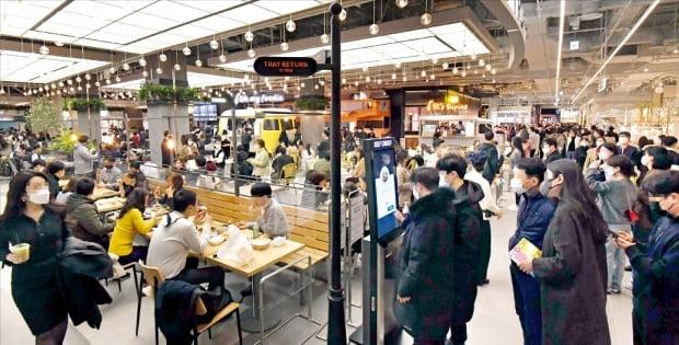 < 평일에도 붐비는 더현대서울 > 여의도 대형 백화점 더현대서울의 푸드코트가 4일 점심식사를 하려는 방문객들로 붐비고 있다. 업계는 지난달 24일부터 이달 1일까지 엿새 동안 150만 명 가까운 인파가 몰린 것으로 추산하고 있다.    /김영우  기자 youngwoo@hankyung.com