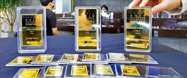 5일 금 선물(4월물) 가격이 트로이온스당 1689.70달러를 기록, 11개월 만에 최저치로 떨어졌다. 서울 종로 한국금거래소에 골드바가 전시돼 있다. /강은구  기자 egkang@hankyung.com