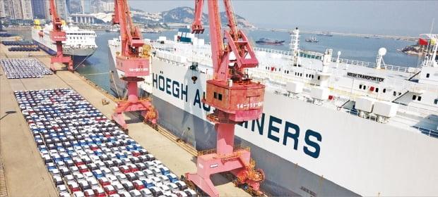 중국의 1~2월 수출이 작년 동기 대비 60.6% 급증했다. 1995년 2월 이후 26년 만의 최고치다. 중국 동부 장쑤성의 롄윈강 항구에서 대형 선박이 수출용 중국산 자동차를 선적하기 위해 대기하고 있다. 신화연합뉴스