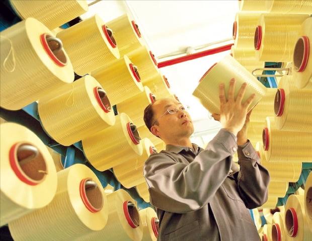 섬유산업이 최악의 시기를 보내고 있다. 한 섬유업체에서 원사를 생산하는 모습. 한경DB