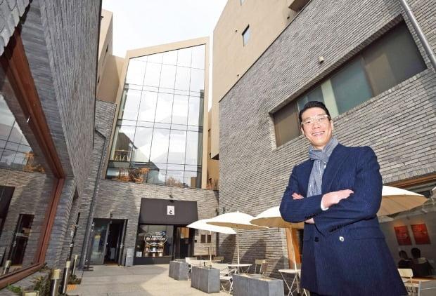박상준 JAD 대표가 서울 한남동 사운즈한남에서 이용자의 눈높이에 맞춘 건축 철학을 설명하고 있다.   /신경훈 기자    khshin@hankyung.com
