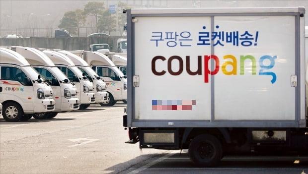 쿠팡은 신규 자금으로 물류센터를 확충하겠다고 밝혔다. 경기 고양 물류센터 내에 쿠팡 배송 차량들이 줄지어 서 있다.  /연합뉴스