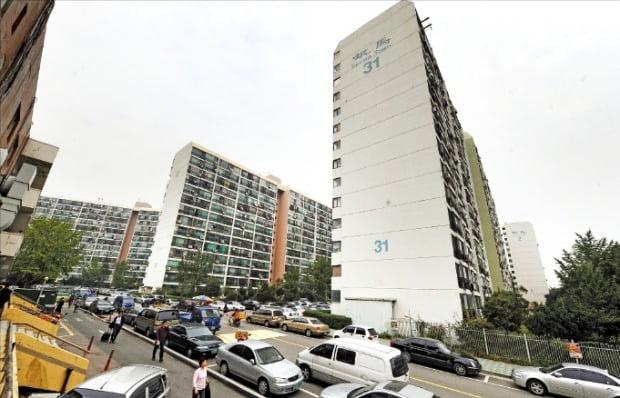 새 학기 개학 이후 전세 매물이 쌓이면서 호가가 떨어지고 있는 서울 강남구 대치동 은마아파트.  /한경DB