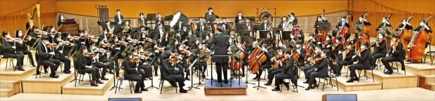 한경필하모닉오케스트라가 10일 서울 잠실 롯데콘서트홀에서 열린 신춘음악회에서 연주하고 있다.  /신경훈 기자 khshin@hankyung.com