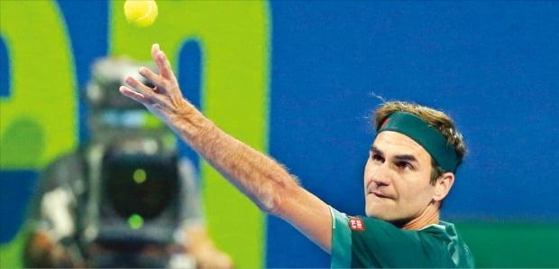 남자 테니스 세계랭킹 6위 로저 페더러(스위스)가 11일(한국시간) 카타르 도하의 칼리파 인터내셔널 테니스 앤드 스쿼시 콤플렉스에서 열린 남자프로테니스(ATP) 카타르 엑슨모빌오픈 2021 남자단식 16강전 대니얼 에번스(영국·28위)와의 경기에서 서브하고 있다.  /EPA연합뉴스