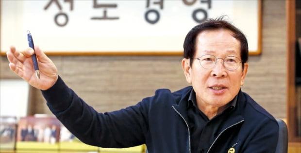 권원강 전 교촌 회장이 정도경영에 대해 설명하고 있다.  교촌 제공
