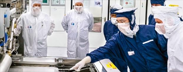 이재용 삼성전자 부회장(왼쪽 네 번째)이 지난해 10월 네덜란드에 있는 ASML 본사를 방문해 EUV(극자외선) 노광장비를 살펴보고 있다.  삼성전자  제공