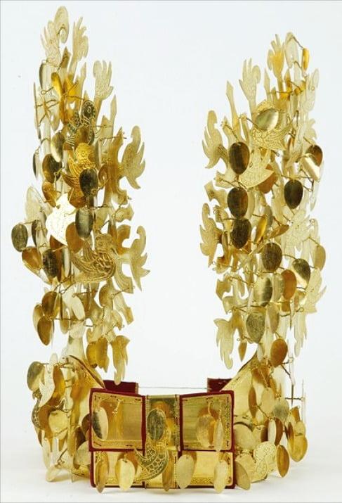 일본 나라현 아스카에서 발굴된 후지노키고분의 금동관