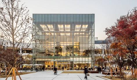 쇼핑몰의 중심이자 상업시설과 문화시설을 연결하는 '유리큐브'