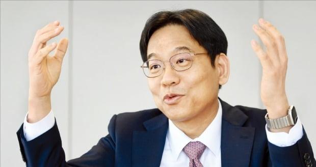 윤성로 4차산업혁명위원회 위원장이 17일 서울 광화문 교보빌딩 사무실에서 'AI 수월성' 확보를 위한 고성능컴퓨팅(HPC)의 중요성에 대해 설명하고 있다.  /허문찬 기자 sweat@hankyung.com