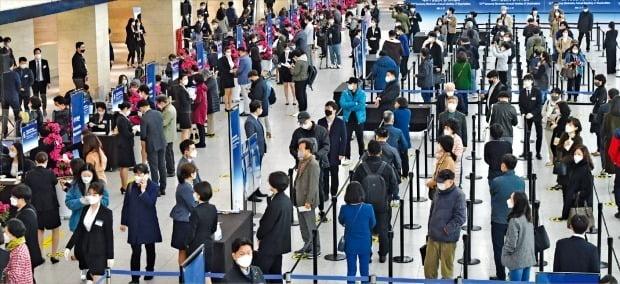 삼성전자 주주들이 17일 경기 수원컨벤션센터에 마련된 제52기 정기 주주총회장에 입장하기 위해 줄을 서 있다. /강은구 기자 egkang@hankyung.com