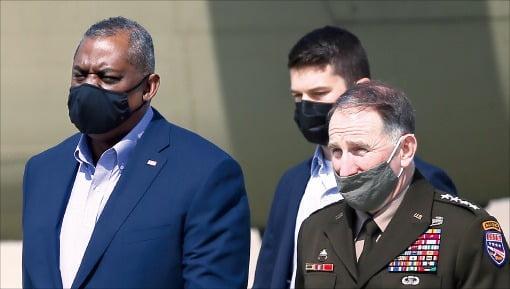 로이드 오스틴 미국 국방장관(맨 왼쪽)이 17일 경기 오산 미 공군기지에서 로버트 에이브럼스 한미연합사령관과 이동하고 있다. /김범준 기자 bjk07@hankyung.com