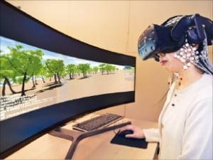 KRISS 연구팀이 자체 개발한 '사이버 멀미 표준 영상'으로 뇌파 측정 실험을 진행하고 있다.  KRISS 제공