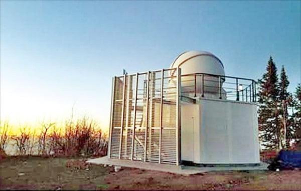 지구 가까이 접근한 소행성 '아포피스'를 지난 10일 촬영한 우주물체 전자광학 감시 시스템(OWL-Net) 4호기. 미국 애리조나주 레몬산 천문대에 설치돼 있다.  한국천문연구원 제공