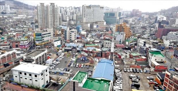 서울 동작구 흑석뉴타운 정비 사업이 속도를 내고 있다. 1차 공공재개발 시범사업 후보지로 선정된 흑석2구역.  한경DB