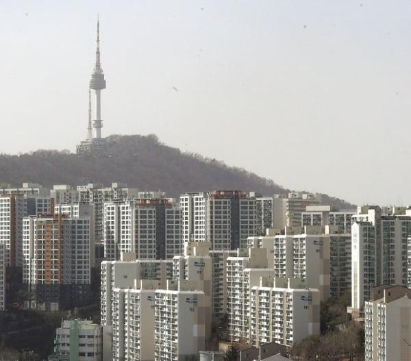 서울 응봉산에서 바라본 시내 아파트 단지 모습. 한경DB