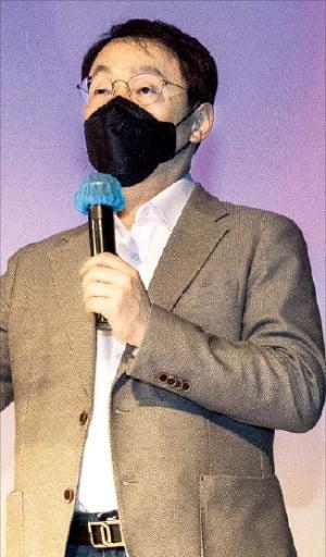 구현모 KT 대표가 23일 열린 기자간담회에서 미디어 콘텐츠 사업 전략을 발표하고 있다.   김영우  기자  youngwoo@hankyung.com