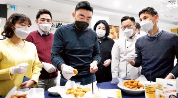 송현석 신세계푸드 대표(왼쪽 세 번째)가 23일 서울 성수동 신세계푸드 종합식품연구소에서 다음달 출시될 노브랜드 버거 신메뉴 '노치킨 너겟'을 시식하고 있다.   신세계푸드 제공