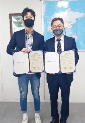 김학수 소셜빈 대표(왼쪽)와 김윤일 부산시 일자리경제실장은 23일 부산시청에서 소셜빈 본사를 부산으로 이전하는 양해각서를 체결했다. 부산시 제공