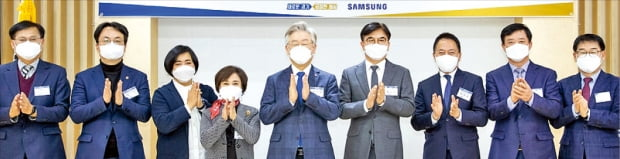 이재명 경기지사(왼쪽 다섯 번째)와 김현석 삼성전자 대표이사 사장(여섯 번째)이 지난해 말 경기도청에서 상생협력 추진 업무협약을 맺었다.  경기도  제공
