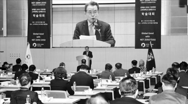 한승수 전 국무총리가 24일 넷제로 2050 기후재단과 고려대 경제연구소가 공동 개최한 학술대회에서 축사를 하고 있다.  /김영우 기자 youngwoo@hankyung.com
