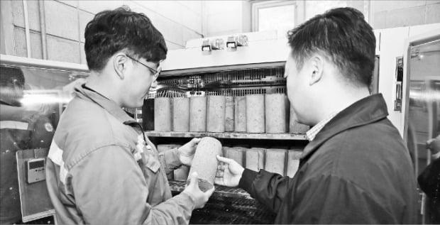 경기 광주 삼표 기술연구소에서 직원들이 영하 10도에도 얼지 않는 특수 콘크리트 '블루콘 윈터' 시제품 품질을 점검하고 있다. /삼표 제공