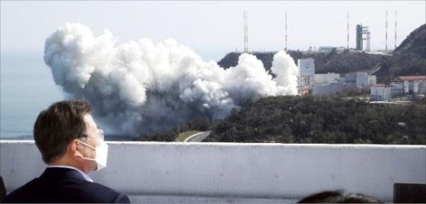 문재인 대통령이 25일 전남 고흥 나로우주센터에서 한국형 발사체 누리호의 1단부 최종 연소시험을 지켜보고 있다.  허문찬 기자 sweat@hankyung.com