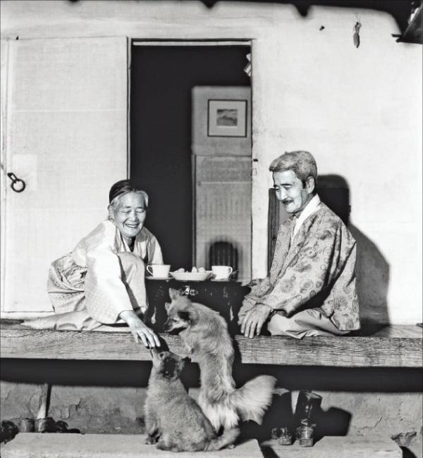 한국적 인상주의를 완성한 오지호 화백(오른쪽)의 일상을 포착한 1974년 작품.  가나문화재단  제공