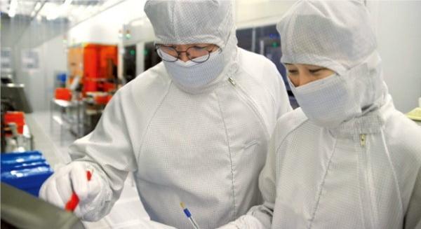 키파운드리 직원들이 충북 청주 반도체 공장에서 생산라인을 점검하고 있다. 키파운드리 제공