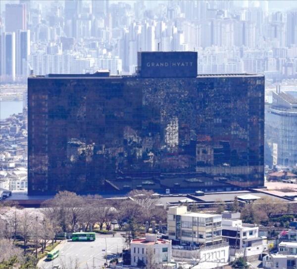 그랜드하얏트 서울이 2019년 매각된 이후 인수 실체 논란, 투자자 간 갈등, 괴한 난동 등으로 수난을 겪고 있다.  김영우 기자 youngwoo@hankyung.com