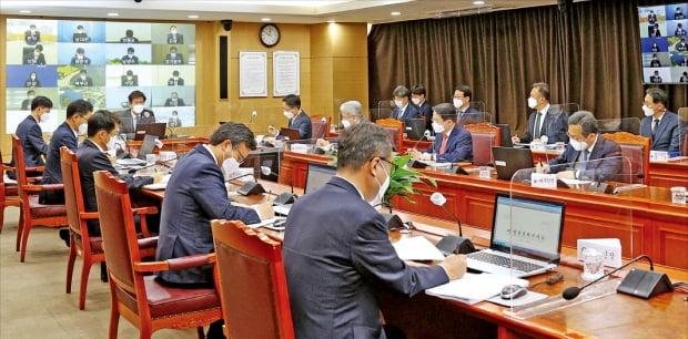 김대지 국세청장이 30일 정부세종청사에서 열린 전국 지방청장 회의에서 발언하고 있다. 국세청은 이날 회의에서 '개발지역 부동산 탈세 특별조사단'을 구성해 운영하기로 결정했다.  국세청  제공