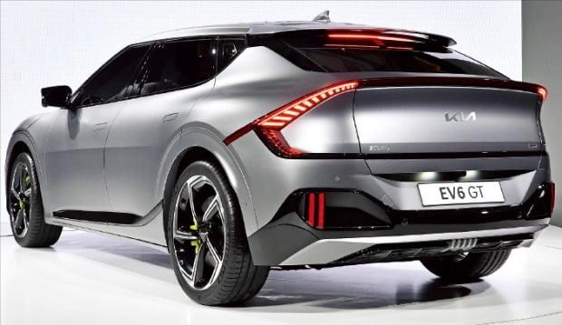 < 기아 전기차 EV6는… > 전장 4680㎜, 전폭 1880㎜, 배터리용량 77.4kWh, 주행거리 450㎞ 이상(롱 레인지 기준), 충전시간 18분에 최대 80%, 가격 스탠다드 4000만원대 후반
