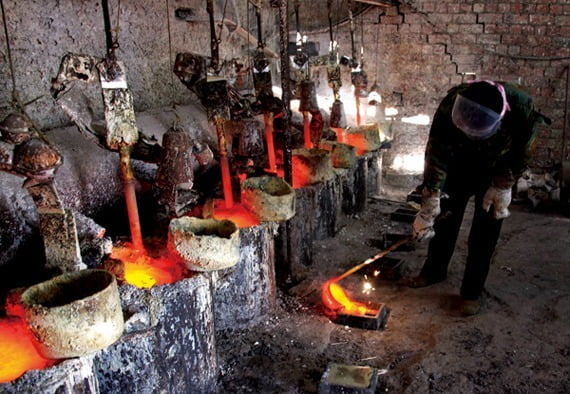 중국 나이멍구자치구의 한 마을에서 희토류의 한 종류인 란타늄을 정제하고 있다. 사진=로이터